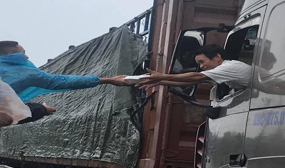 CSGT cùng người dân Huế phát cơm miễn phí cho tài xế tránh bão số 9