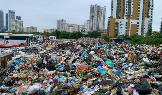 Hà Nội: Gần 500 tấn rác ùn ứ giữa trung tâm quận Cầu Giấy