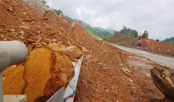 Sau mưa bão, đường sá miền Trung tan nát