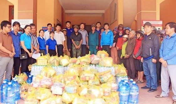 BHXH Việt Nam trao tặng 2500 thẻ BHYT cho đồng bào lũ lụt miền Trung