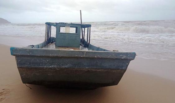 Tàu lạ không có người trôi dạt vào bờ biển Lăng Cô