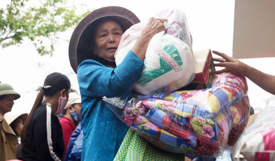 Báo TN&MT cùng Chùa Linh Sơn – Thanh Nhàn (Hà Nội) trao 500 suất quà cho người dân vùng lũ Thừa Thiên Huế