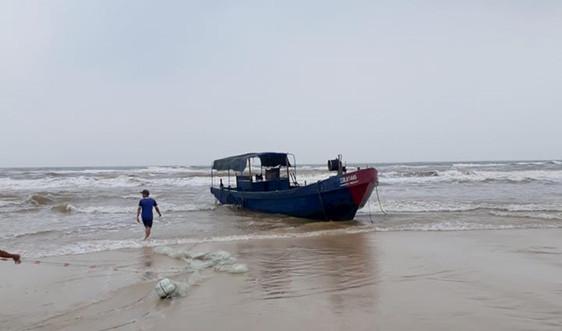 Tàu cá không người dạt vào bờ biển Quảng Trị