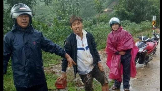 Quảng Ngãi: Vượt rào chắn cảnh báo sạt lở, có người nghi bị vùi lấp