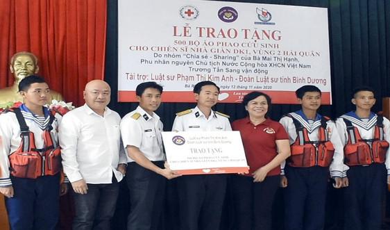 Bộ đội nhà giàn DK1 tiếp nhận 500 bộ áo phao cứu sinh trên biển