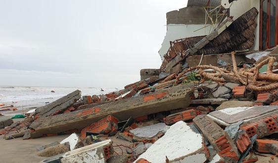 """Bão số 13 quét qua, hàng loạt căn nhà ở bờ biển Hội An bị sóng """"nuốt chửng"""""""