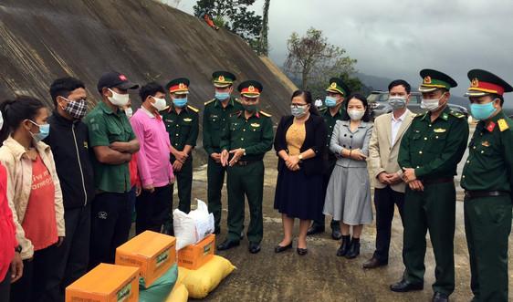 Hỗ trợ gạo, nhu yếu phẩm cho lực lượng vũ trang và nhân dân Lào