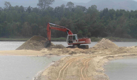 Bình Định: Doanh nghiệp bất chấp lệnh cấm khai thác cát vào mùa mưa lũ