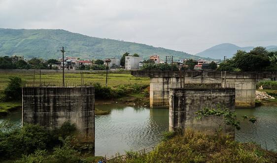Dân đôi bờ bị chia cắt vì cầu Làng Ngòn thi công dang dở