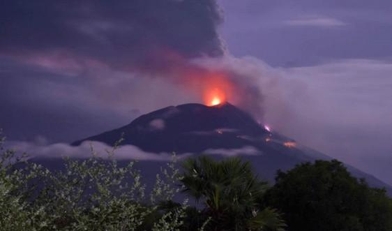 Núi lửa phun trào khiến hơn 2.700 cư dân Indonesia phải sơ tán