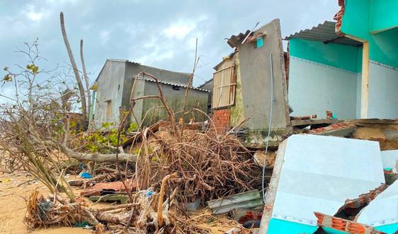 """Biển xâm thực """"nuốt"""" hàng chục nhà dân ở Quảng Ngãi"""