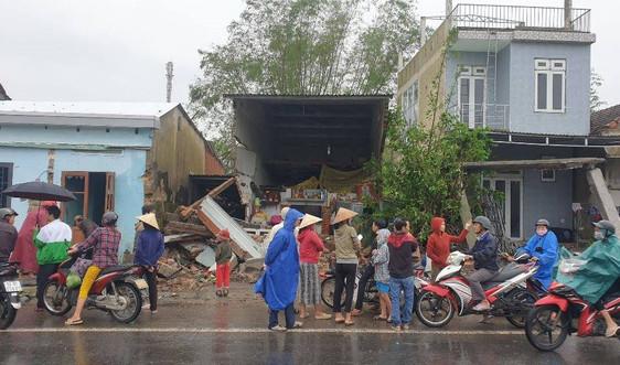 Xe container mất lái tông liên tiếp 7 nhà dân trên QL1A