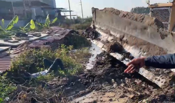 Yên Phong – Bắc Ninh: Tự xưng người của nhà thầu, dùng máy ủi húc văng người dân