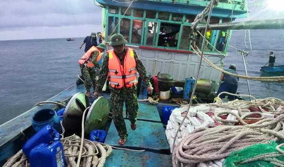 Quảng Nam: Tàu cá va vào đá, 12 ngư dân được cứu kịp thời