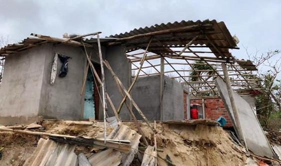 Quảng Ngãi: Sóng biển đánh sập nhà, dân nơm nớp lo sợ