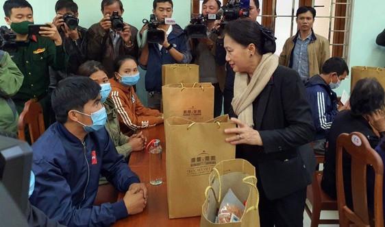 Chủ tịch Quốc hội thăm, tặng quà động viên người dân vùng lũ quét, sạt lở đất ở Quảng Nam
