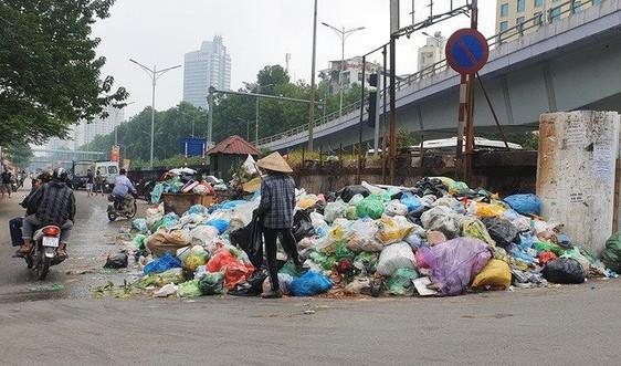 Hà Nội chỉ đạo thanh tra toàn diện vụ rác thải chất đống tại điểm tập kết
