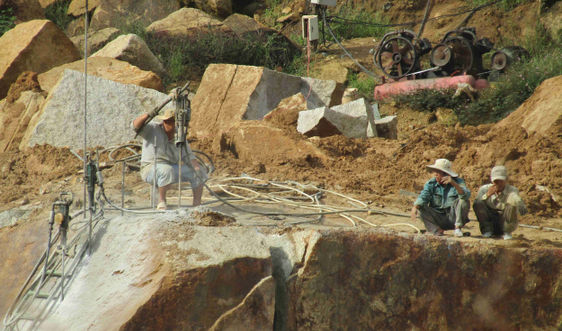 """Bình Định: """"Đá tặc""""  tiếp tục càn quét núi Hòn Chà"""