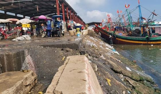 Nghệ An: Ô nhiễm nghiêm trọng tại cảng cá Lạch Vạn