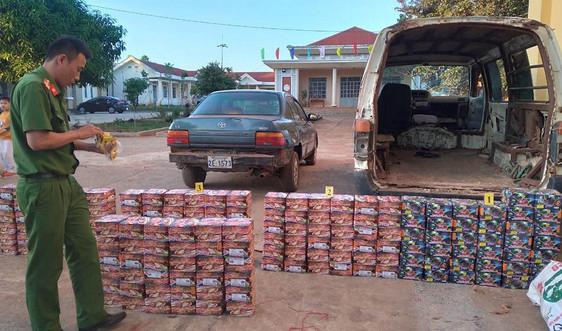 Gia Lai: Bắt xe ô tô chở hơn 300 kg pháo lậu