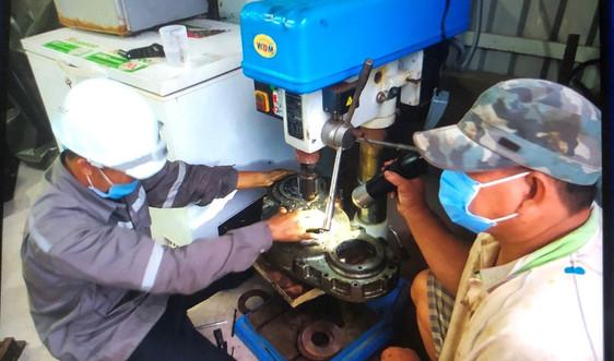Bộ đội Hải quân kịp thời sửa chữa sự cố máy tàu cá Phú Yên