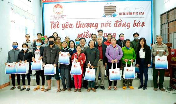 Hiệp hội Nước mắm Việt Nam làm việc tại Quảng Ngãi: Thăm 2 nhà thùng lớn, trao quà Tết cho 40 gia đình khó khăn
