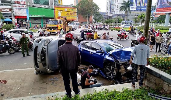 Gia Lai: Xe ô tô đâm vào cột cờ ở Quảng Trường Đại Đoàn Kết