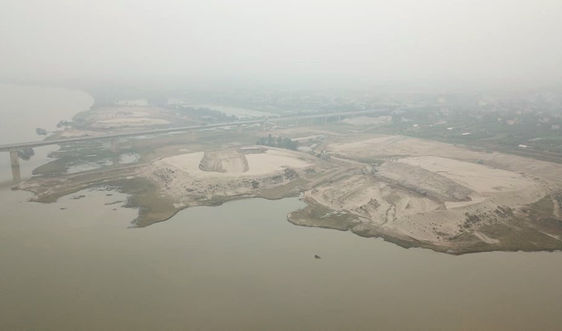 """Duy Tiên (Hà Nam): Nhiều bến bãi kinh doanh ngoài đê sông Hồng """"hành dân"""""""