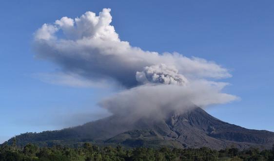 Núi lửa ở Indonesia phun cột tro bụi khổng lồ cao 5.000 mét