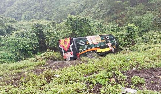 Quảng Bình: Xe khách lao xuống vực, hàng chục hành khách phá cửa thoát hiểm