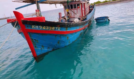 Bộ đội Hải quân kịp thời cứu kéo và khắc phục sự cố 2 tàu cá bị nạn trên biển