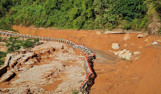 """Đắk Nông: Người dân """"liều mình""""  đi qua tuyến đường bị sạt lở nghiêm trọng"""