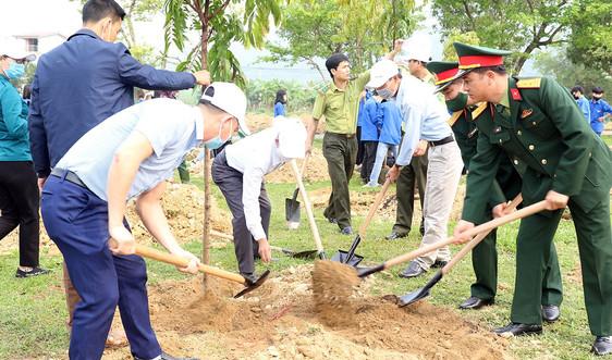 Người dân Nghệ An trồng cây hưởng ứng chương trình Vì một Việt Nam xanh