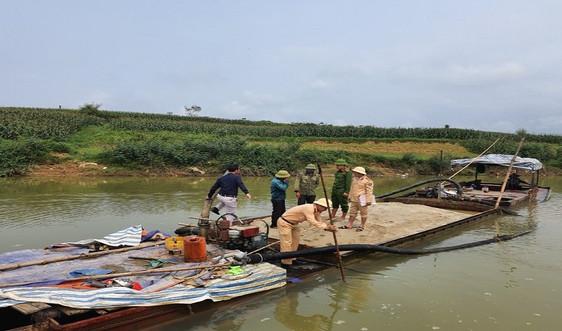 Hà Tĩnh: Bắt giữ thuyền khai thác cát trên sông Rào Nổ