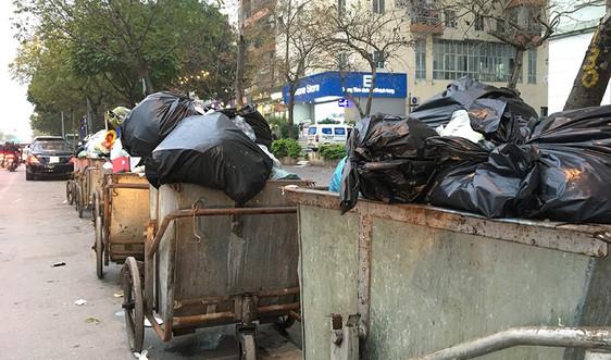 Hà Nội: Rác thải tập kết tràn lan, sai quy định bên lề đường
