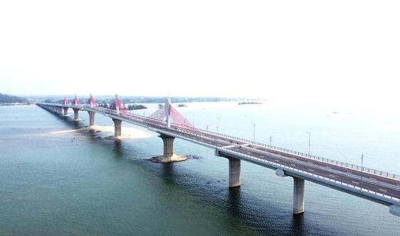 """Quảng Ngãi: Cận cảnh cây cầu ngàn tỷ """"phơi sương"""" sau 5 tháng thông xe kỹ thuật"""