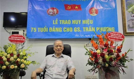 Giáo sư Trần Phương nhận Huy hiệu 75 năm tuổi Đảng