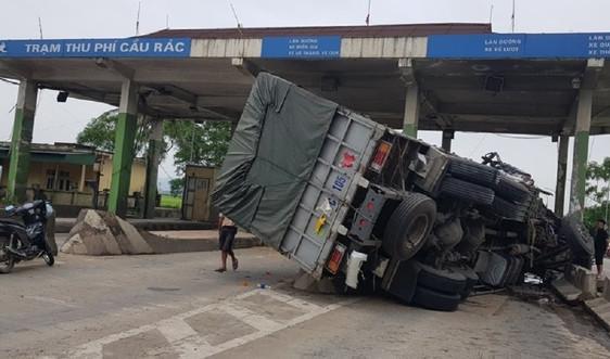 Hà Tĩnh: Xe tải nát bét sau khi tông trạm thu phí bỏ không trên QL1A