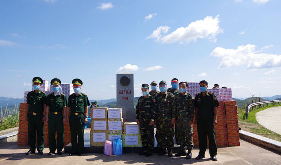 Điện Biên: Trao tặng vật chất phòng, chống dịch Covid-19 cho lực lượng bảo vệ biên giới Lào