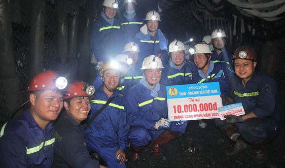 """Lãnh đạo Tập đoàn TKV thăm và tặng quà công nhân lao động Than Thống Nhất nhân """"Tháng Công nhân"""" 2021"""