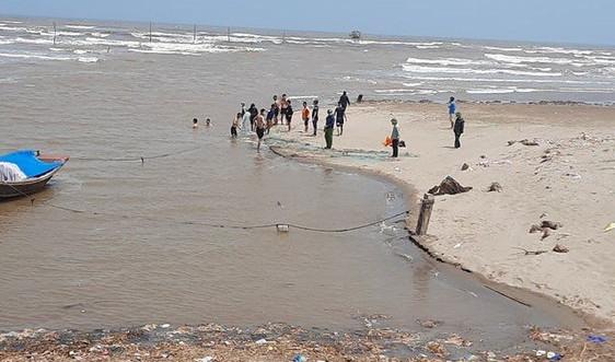Nam Định: 3 nữ học sinh bị sóng biển cuốn mất tích