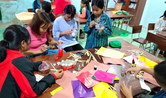 Tái chế rác thành vật dụng hữu ích ở trường học miền núi Quảng Nam