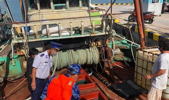 Cảnh sát biển bắt tàu cá vận chuyển khoảng 45.000 lít dầu DO trái phép