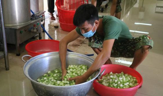 """""""Mục sở thị"""" bếp ăn quân đội phục vụ công dân trong khu cách ly tại Thừa Thiên Huế"""