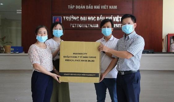 Công đoàn Trường ĐH Dầu khí Việt Nam cấp phát khẩu trang cho cán bộ, giảng viên, người lao động