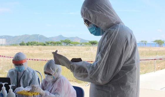 Căng mình giữa nắng hè xét nghiệm SARS-CoV-2