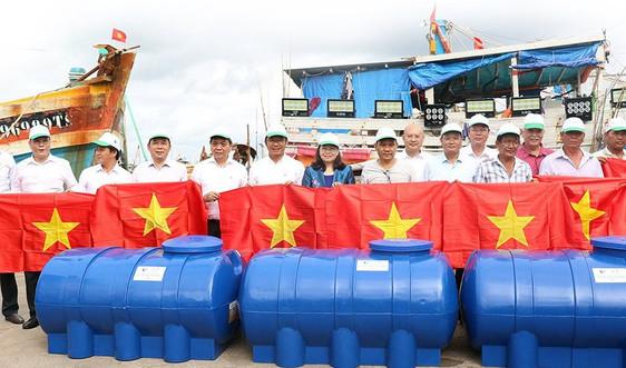 Báo Tài nguyên và Môi trường đồng hành cùng ngư dân vươn khơi, bám biển