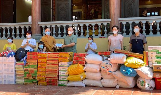 Báo Tài nguyên và Môi trường thăm, tặng quà trẻ em mồ côi tại chùa Thịnh Đại, huyện Kim Bảng, tỉnh Hà Nam