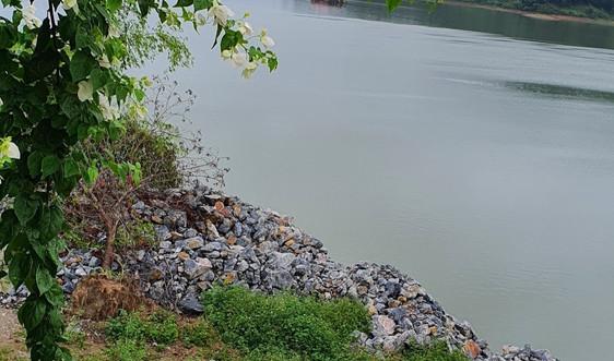 Thái Nguyên: Doanh nghiệp Anh Thắng ngang nhiên đổ đất đá san lấp trái phép Hồ Núi Cốc
