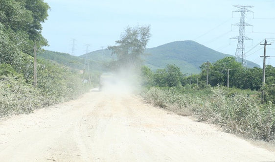 """Quảng Bình: Đường liên xã 13 tấn """"cõng"""" xe tải hàng chục tấn"""